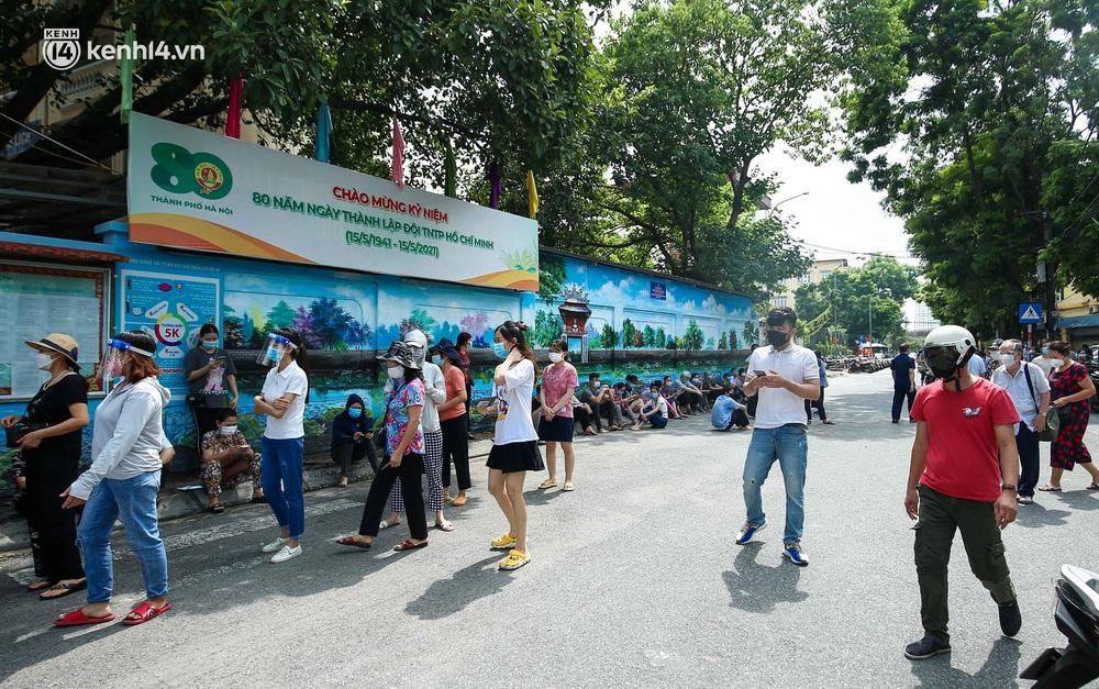 Hà Nội: Người dân ngồi vật vạ, mòn mỏi chờ đợi tiêm vắc-xin Vero Cell tại phường đông dân nhất Hà Nội - Ảnh 2.