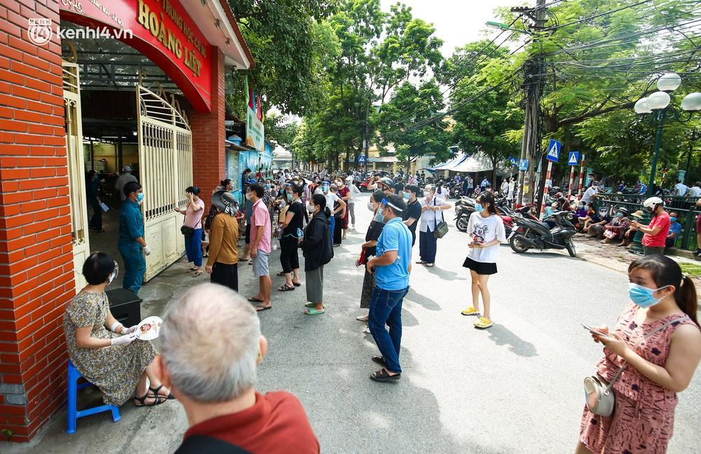 Hà Nội: Người dân ngồi vật vạ, mòn mỏi chờ đợi tiêm vắc-xin Vero Cell tại phường đông dân nhất Hà Nội - Ảnh 1.