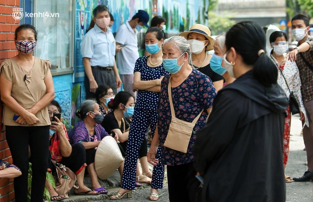 Hà Nội: Người dân ngồi vật vạ, mòn mỏi chờ đợi tiêm vắc-xin Vero Cell tại phường đông dân nhất Hà Nội - Ảnh 4.