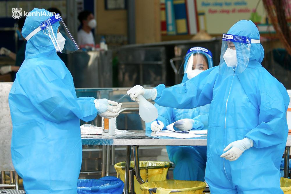 Hà Nội: Người dân ngồi vật vạ, mòn mỏi chờ đợi tiêm vắc-xin Vero Cell tại phường đông dân nhất Hà Nội - Ảnh 5.
