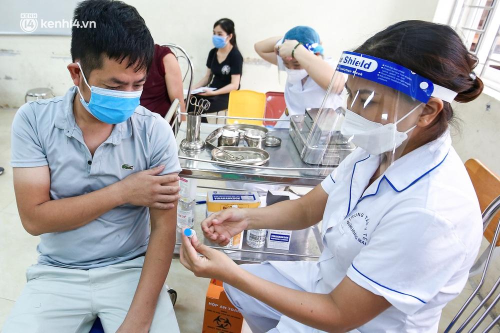 Hà Nội: Người dân ngồi vật vạ, mòn mỏi chờ đợi tiêm vắc-xin Vero Cell tại phường đông dân nhất Hà Nội - Ảnh 7.