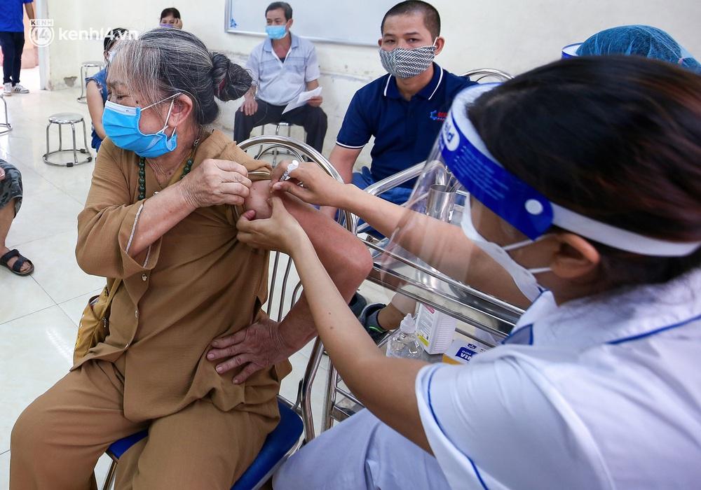 Hà Nội: Người dân ngồi vật vạ, mòn mỏi chờ đợi tiêm vắc-xin Vero Cell tại phường đông dân nhất Hà Nội - Ảnh 8.