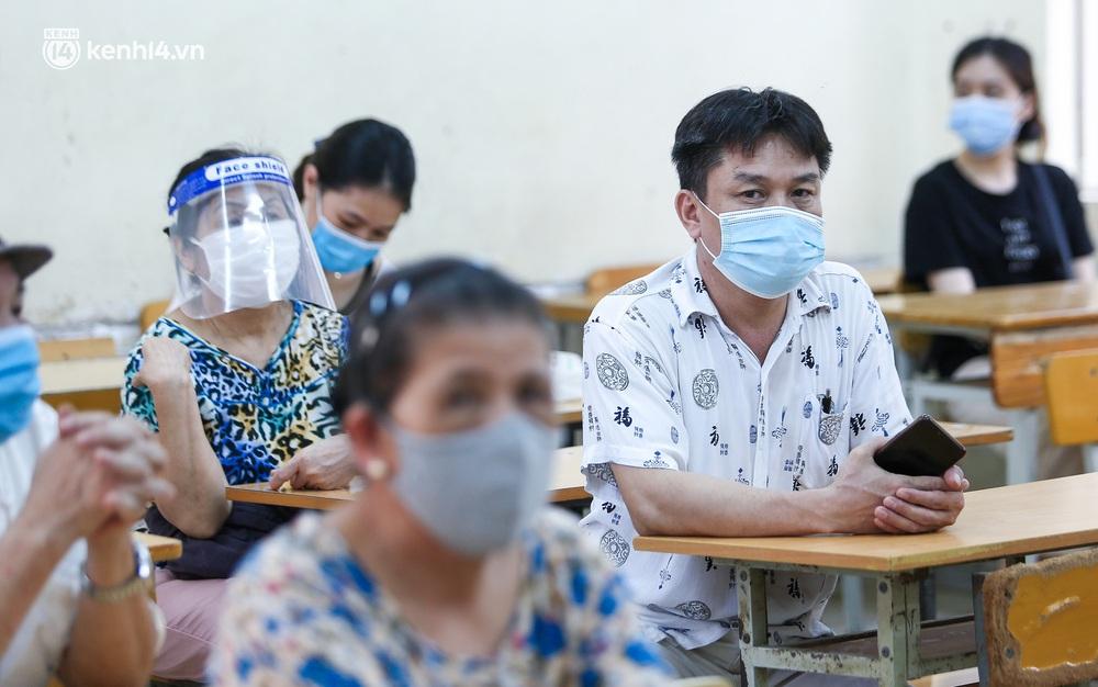 Hà Nội: Người dân ngồi vật vạ, mòn mỏi chờ đợi tiêm vắc-xin Vero Cell tại phường đông dân nhất Hà Nội - Ảnh 9.