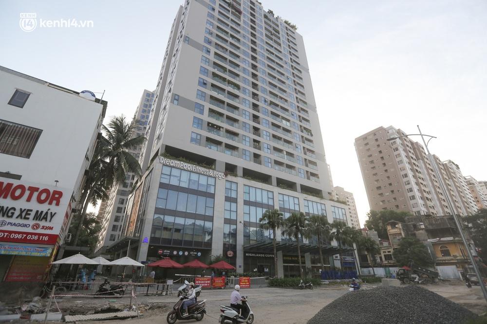 Ảnh: Cận cảnh phong toả chung cư cao cấp 2000 dân ở Hà Nội do liên quan 4 F0 trong cùng gia đình - Ảnh 1.