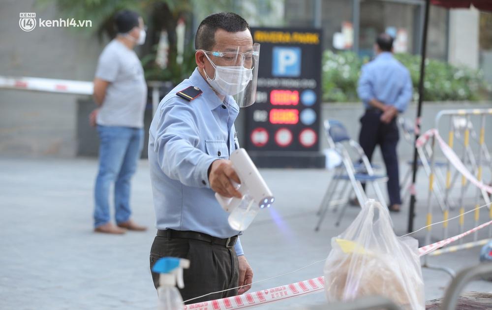 Ảnh: Cận cảnh phong toả chung cư cao cấp 2000 dân ở Hà Nội do liên quan 4 F0 trong cùng gia đình - Ảnh 6.