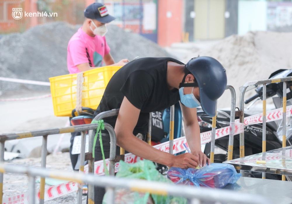Ảnh: Cận cảnh phong toả chung cư cao cấp 2000 dân ở Hà Nội do liên quan 4 F0 trong cùng gia đình - Ảnh 7.