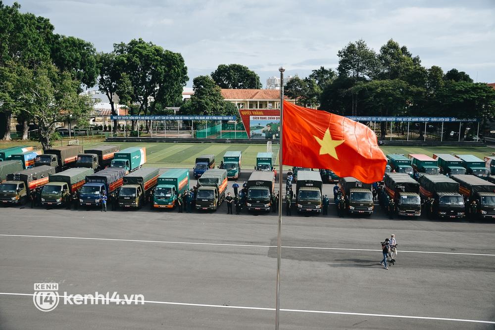 Quân đội tiếp tục tặng 100.000 phần quà và hàng nghìn tấn gạo cho người dân ở TP.HCM - Ảnh 1.