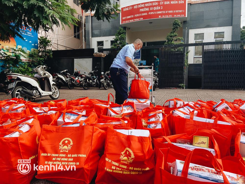 Quân đội tiếp tục tặng 100.000 phần quà và hàng nghìn tấn gạo cho người dân ở TP.HCM - Ảnh 10.