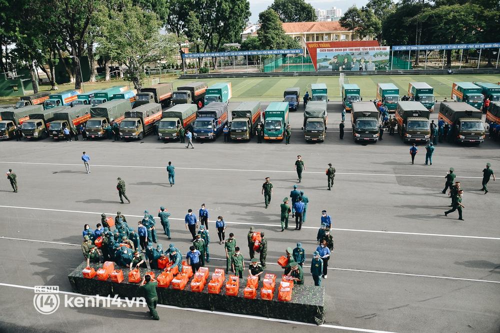Quân đội tiếp tục tặng 100.000 phần quà và hàng nghìn tấn gạo cho người dân ở TP.HCM - Ảnh 7.
