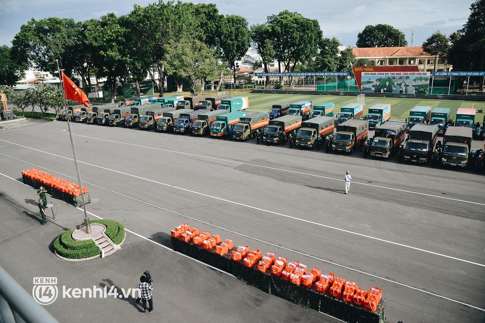 Quân đội tiếp tục tặng 100.000 phần quà và hàng nghìn tấn gạo cho người dân ở TP.HCM - Ảnh 2.