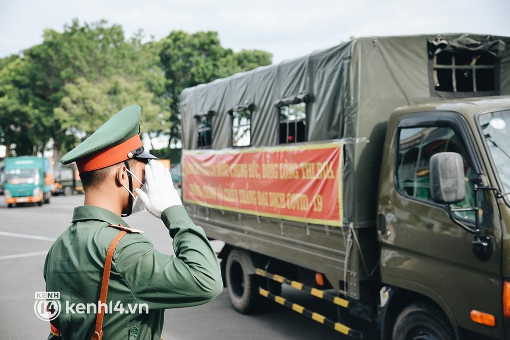 Quân đội tiếp tục tặng 100.000 phần quà và hàng nghìn tấn gạo cho người dân ở TP.HCM - Ảnh 9.