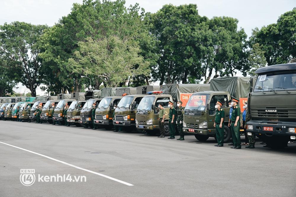 Quân đội tiếp tục tặng 100.000 phần quà và hàng nghìn tấn gạo cho người dân ở TP.HCM - Ảnh 4.