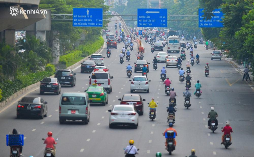 Ảnh: Đường phố Hà Nội đông nghịt xe cộ trong ngày đầu tiên tuần cuối cùng giãn cách xã hội - Ảnh 2.