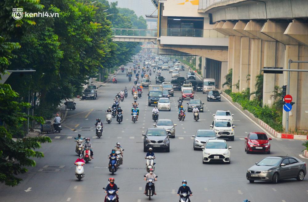 Ảnh: Đường phố Hà Nội đông nghịt xe cộ trong ngày đầu tiên tuần cuối cùng giãn cách xã hội - Ảnh 1.