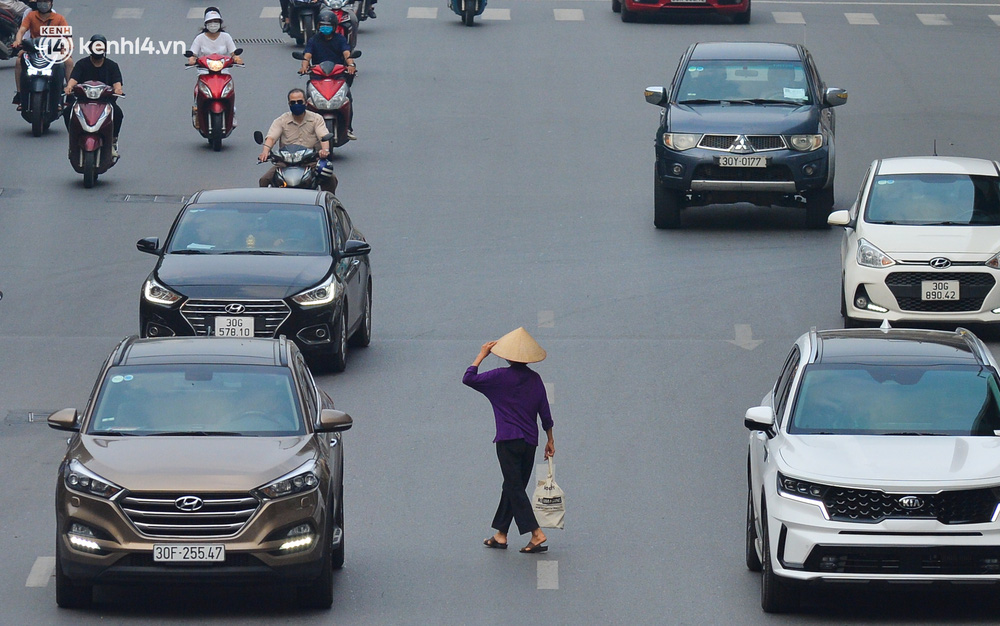 Ảnh: Đường phố Hà Nội đông nghịt xe cộ trong ngày đầu tiên tuần cuối cùng giãn cách xã hội - Ảnh 3.