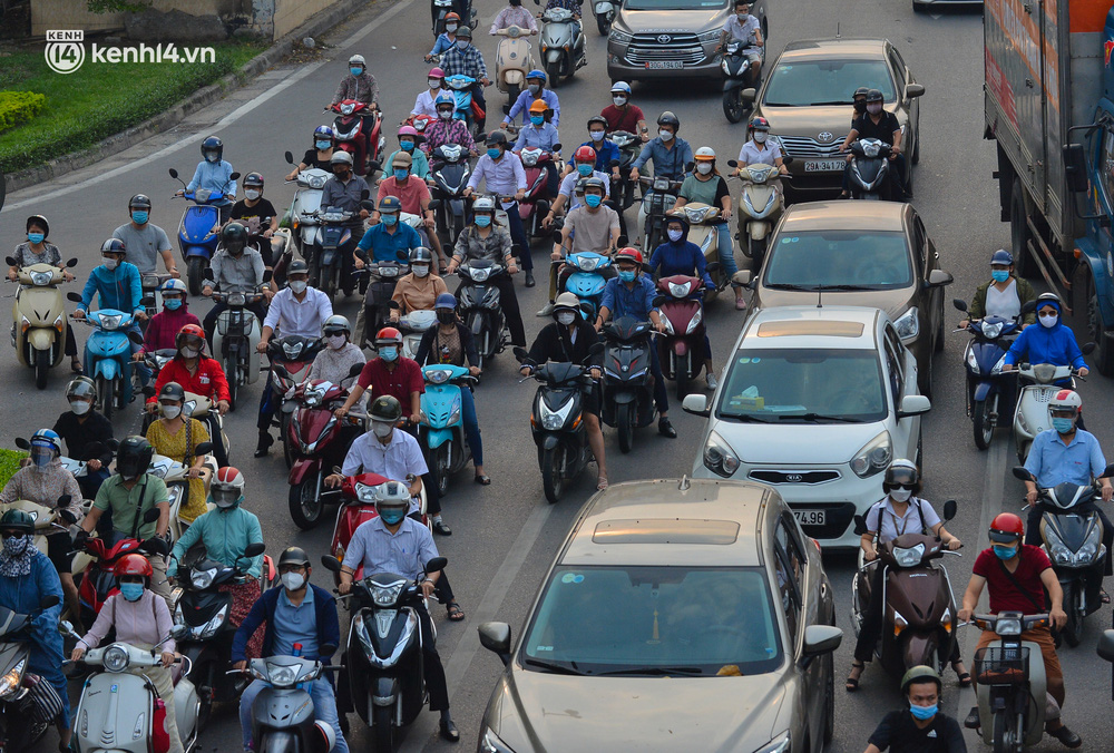Ảnh: Đường phố Hà Nội đông nghịt xe cộ trong ngày đầu tiên tuần cuối cùng giãn cách xã hội - Ảnh 5.