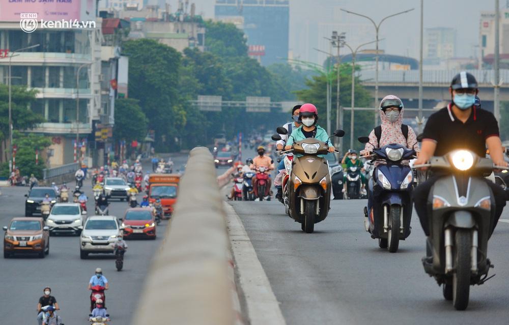 Ảnh: Đường phố Hà Nội đông nghịt xe cộ trong ngày đầu tiên tuần cuối cùng giãn cách xã hội - Ảnh 6.