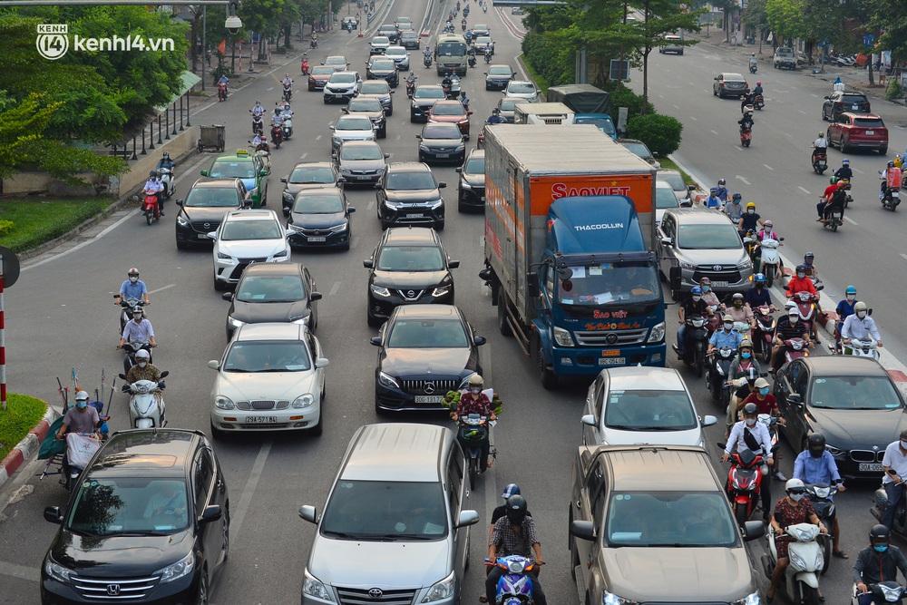 Ảnh: Đường phố Hà Nội đông nghịt xe cộ trong ngày đầu tiên tuần cuối cùng giãn cách xã hội - Ảnh 4.