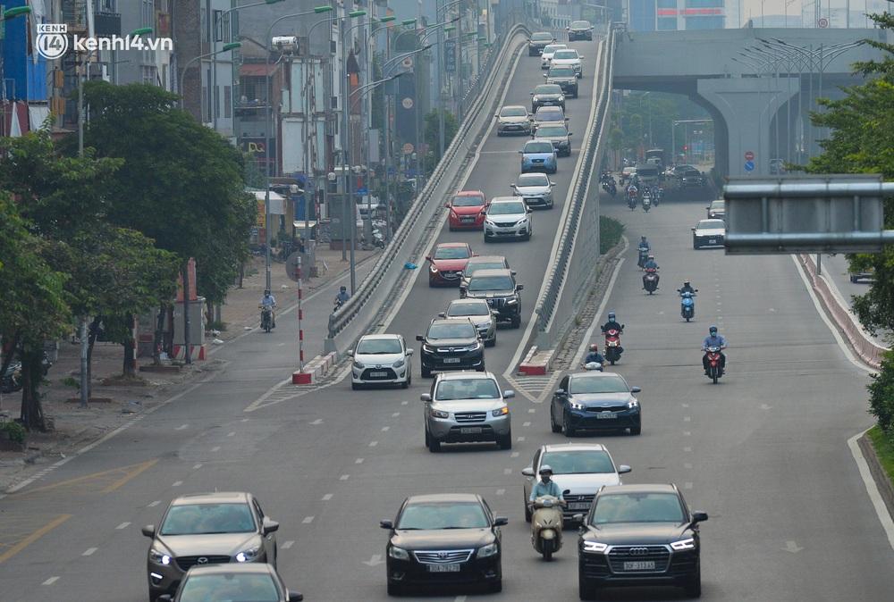 Ảnh: Đường phố Hà Nội đông nghịt xe cộ trong ngày đầu tiên tuần cuối cùng giãn cách xã hội - Ảnh 7.