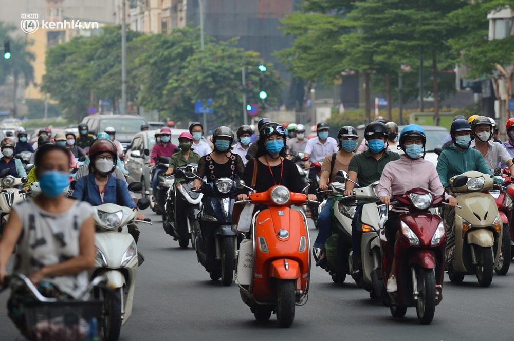 Ảnh: Đường phố Hà Nội đông nghịt xe cộ trong ngày đầu tiên tuần cuối cùng giãn cách xã hội - Ảnh 10.