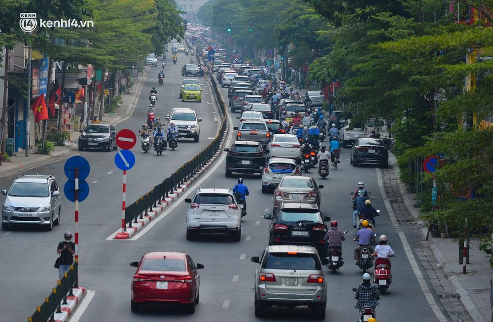 Ảnh: Đường phố Hà Nội đông nghịt xe cộ trong ngày đầu tiên tuần cuối cùng giãn cách xã hội - Ảnh 9.