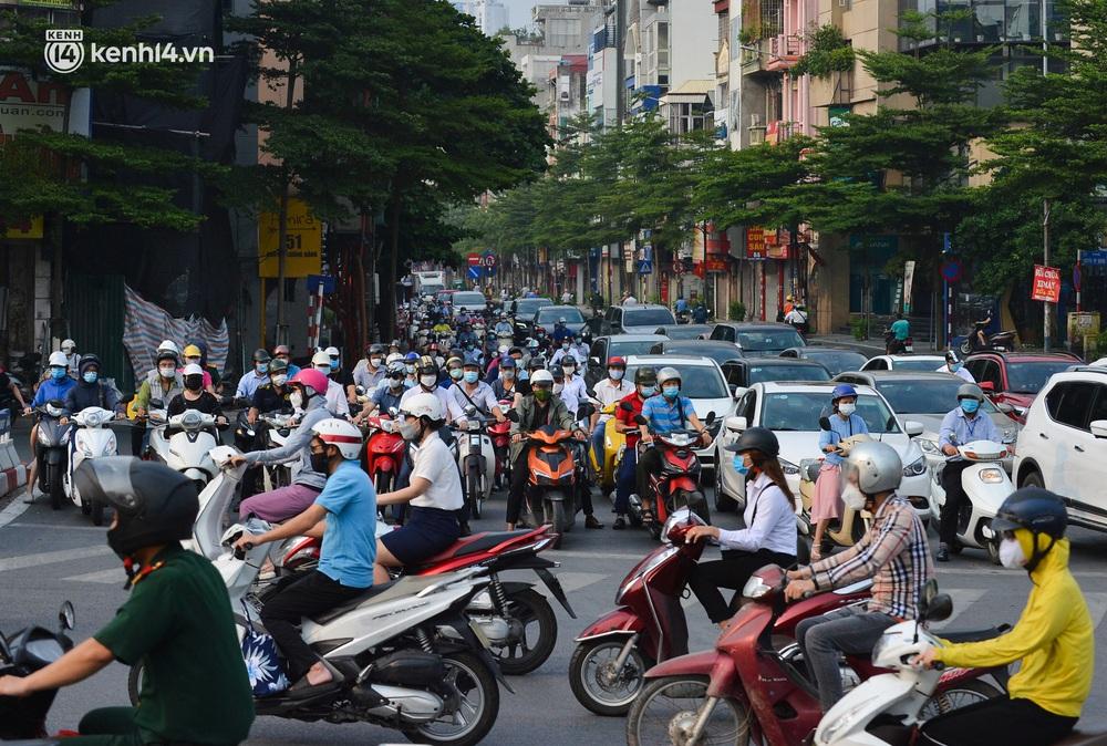 Ảnh: Đường phố Hà Nội đông nghịt xe cộ trong ngày đầu tiên tuần cuối cùng giãn cách xã hội - Ảnh 11.