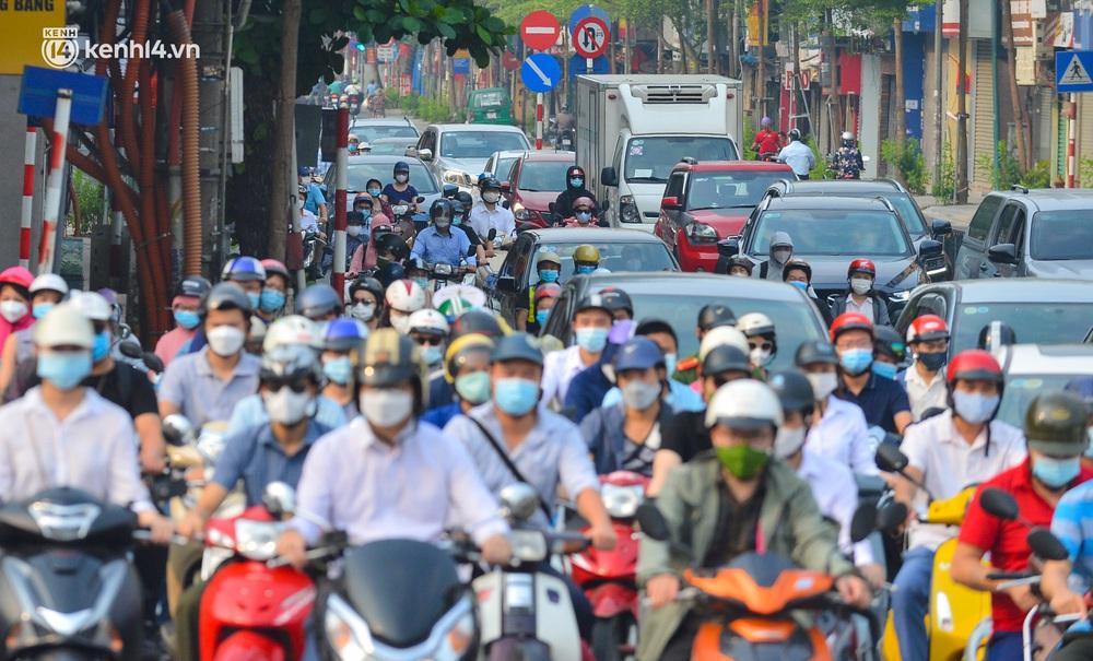 Ảnh: Đường phố Hà Nội đông nghịt xe cộ trong ngày đầu tiên tuần cuối cùng giãn cách xã hội - Ảnh 12.