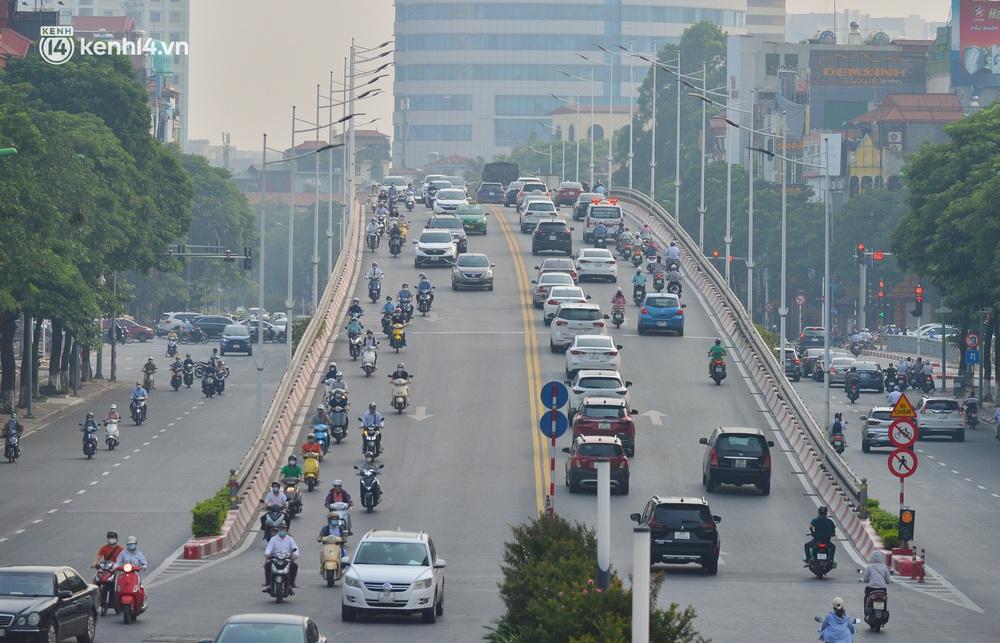 Ảnh: Đường phố Hà Nội đông nghịt xe cộ trong ngày đầu tiên tuần cuối cùng giãn cách xã hội - Ảnh 13.