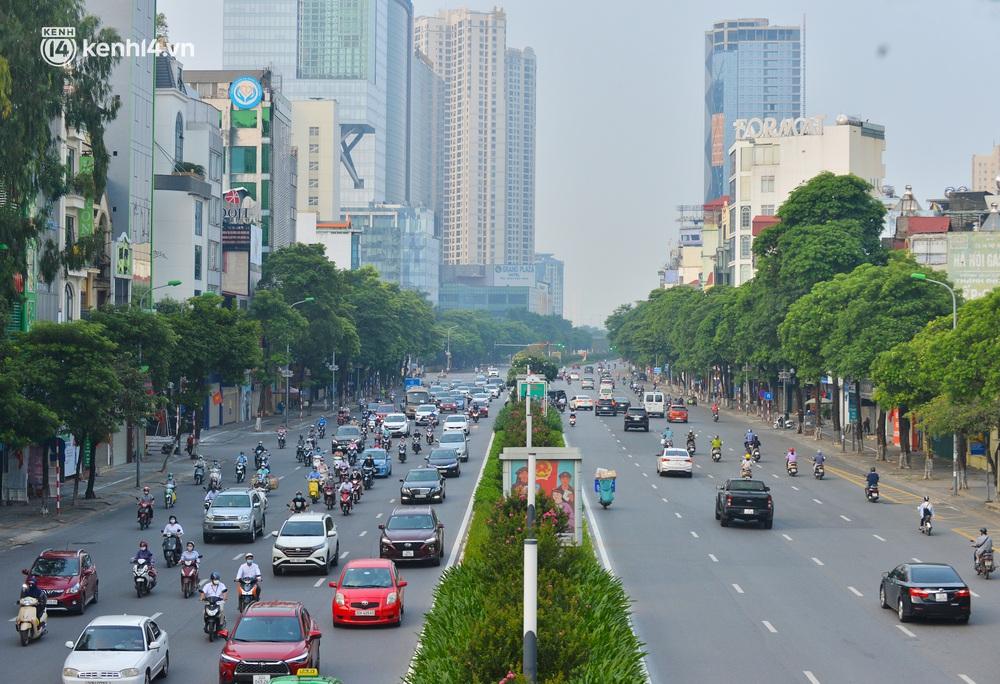 Ảnh: Đường phố Hà Nội đông nghịt xe cộ trong ngày đầu tiên tuần cuối cùng giãn cách xã hội - Ảnh 14.