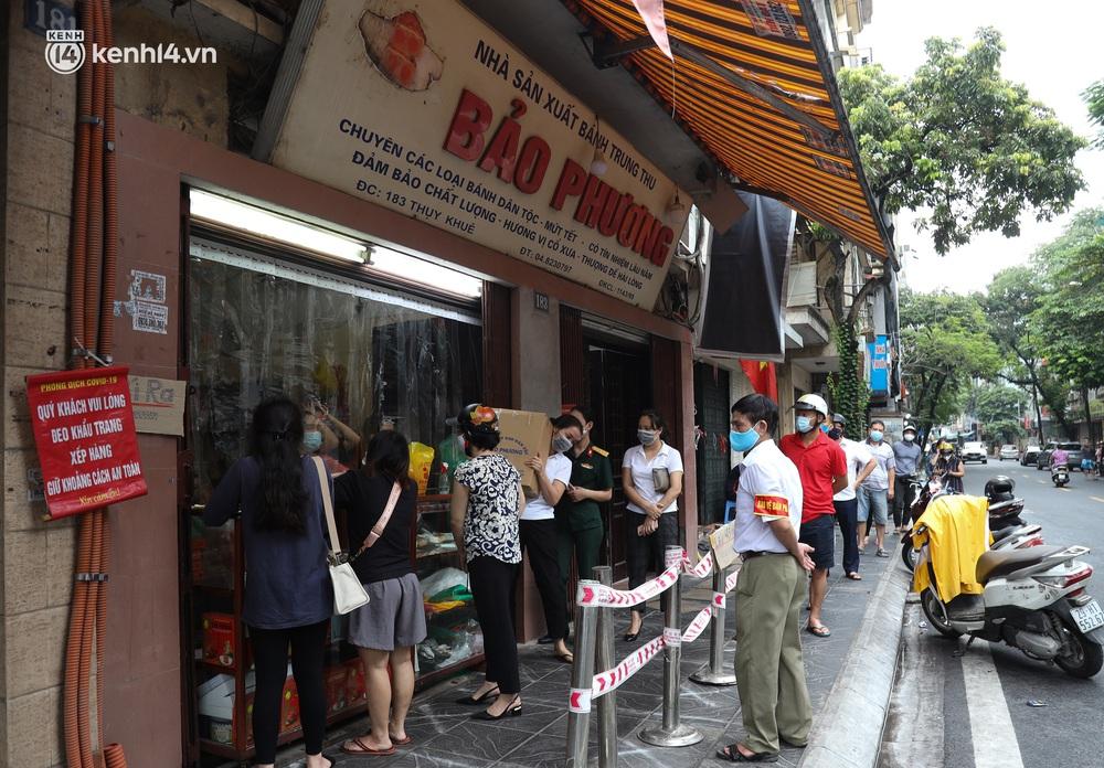 Tiệm bánh trung thu Bảo Phương bất ngờ đóng cửa, treo biển hết bánh sau khi bị nhắc nhở vì xảy ra tình trạng đông khách xếp hàng - Ảnh 9.