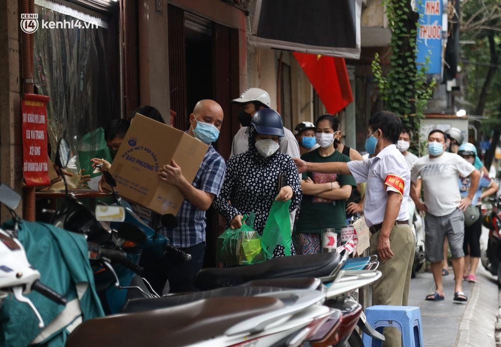 Tiệm bánh trung thu Bảo Phương bất ngờ đóng cửa, treo biển hết bánh sau khi bị nhắc nhở vì xảy ra tình trạng đông khách xếp hàng - Ảnh 10.