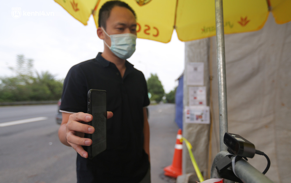 Hà Nội: Cận cảnh mắt thần quét mã QR Code tại 67 chốt kiểm dịch giúp người dân hạn chế tiếp xúc gần - Ảnh 6.