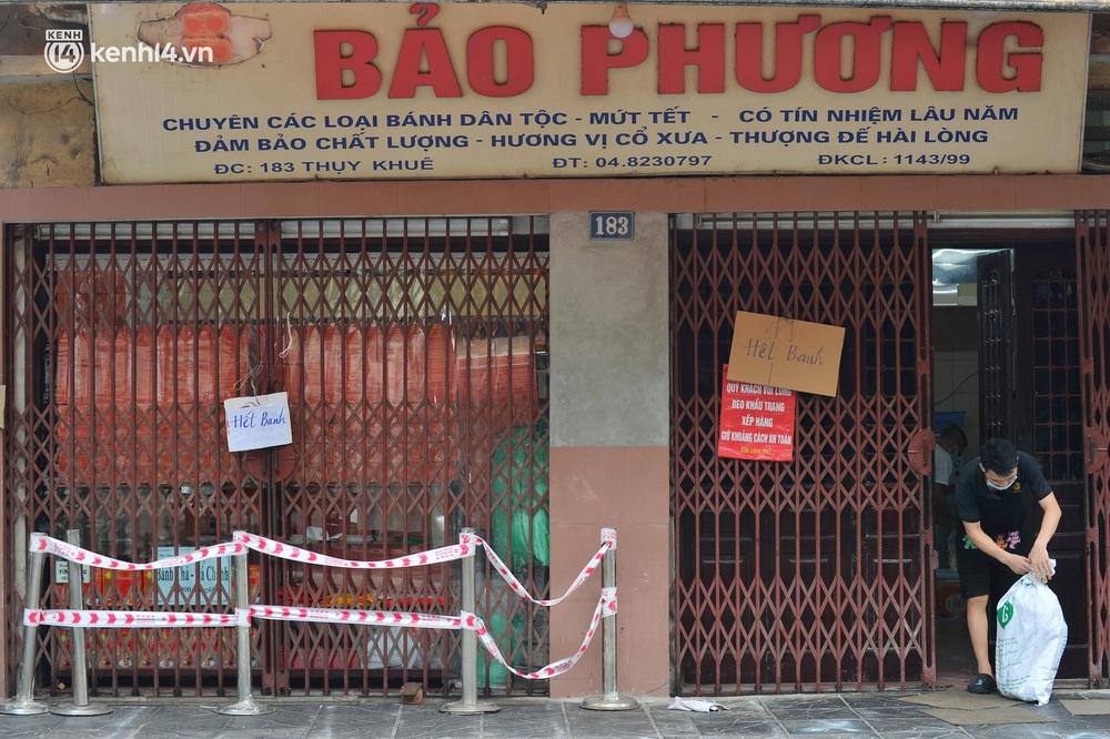 Tiệm bánh trung thu Bảo Phương bất ngờ đóng cửa, treo biển hết bánh sau khi bị nhắc nhở vì xảy ra tình trạng đông khách xếp hàng - Ảnh 1.