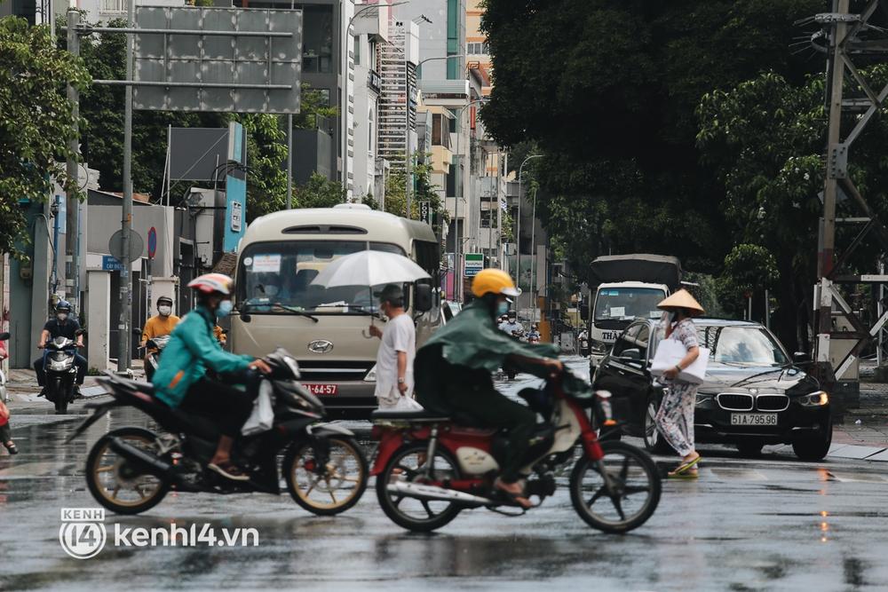 Ảnh: Đường phố TP.HCM đông đúc trở lại, người dân xếp hàng mua bánh trung thu - Ảnh 2.