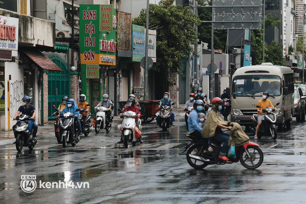 Ảnh: Đường phố TP.HCM đông đúc trở lại, người dân xếp hàng mua bánh trung thu - Ảnh 3.