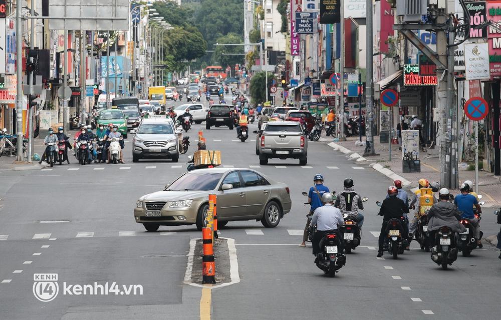 Ảnh: Đường phố TP.HCM đông đúc trở lại, người dân xếp hàng mua bánh trung thu - Ảnh 4.