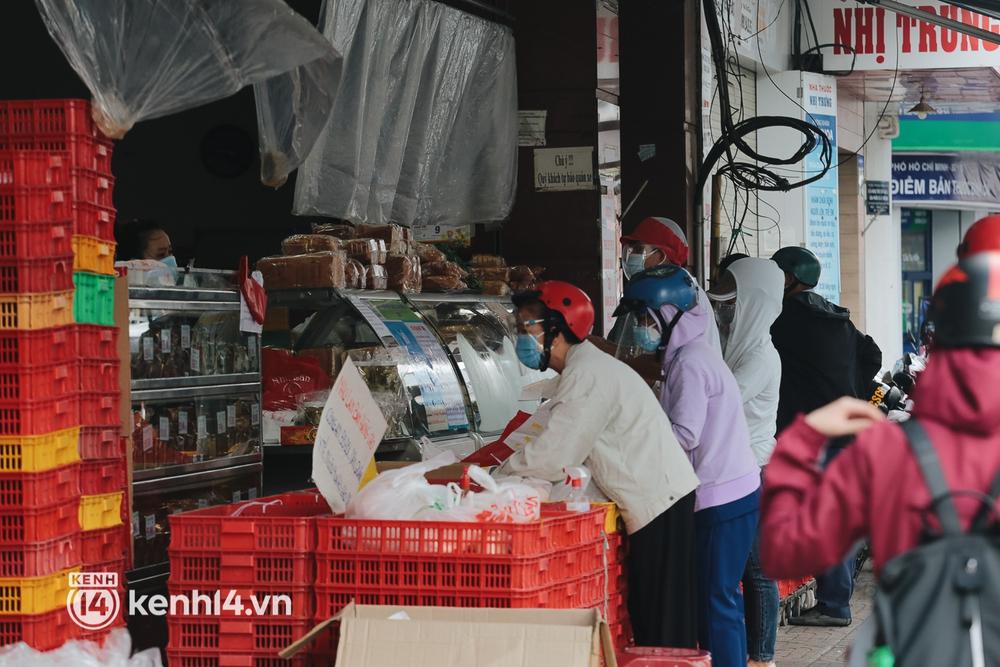 Ảnh: Đường phố TP.HCM đông đúc trở lại, người dân xếp hàng mua bánh trung thu - Ảnh 6.