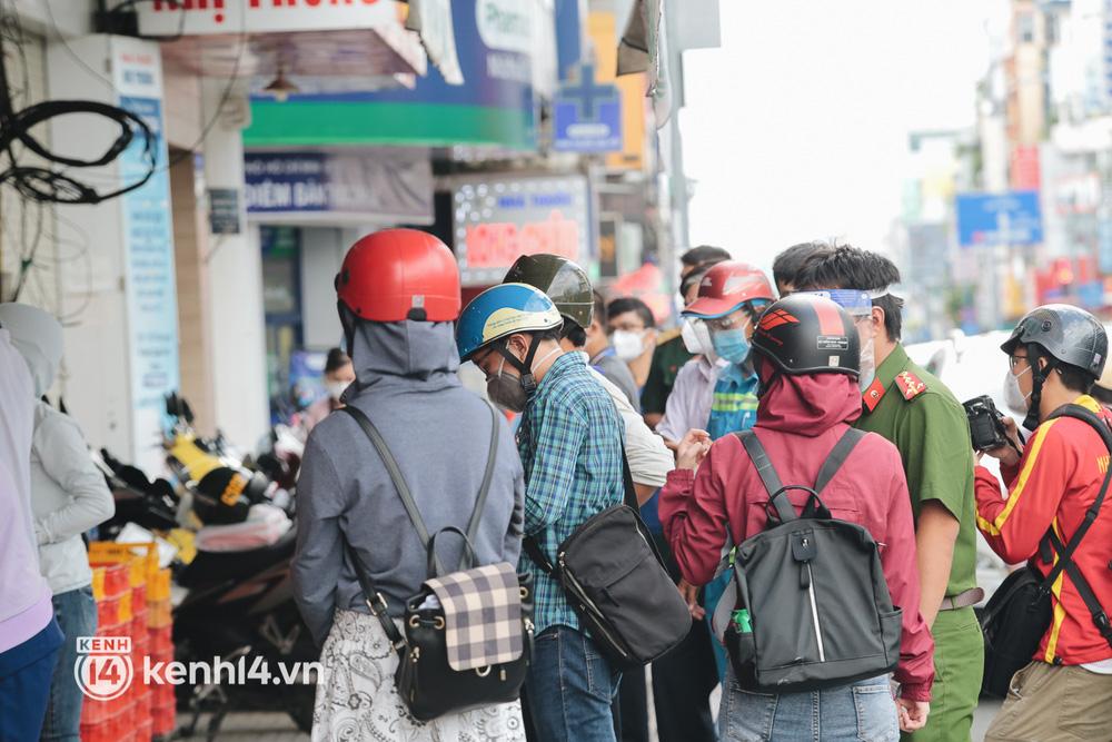 Ảnh: Đường phố TP.HCM đông đúc trở lại, người dân xếp hàng mua bánh trung thu - Ảnh 5.