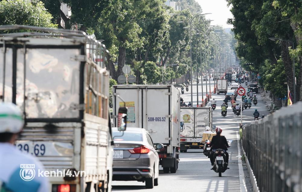 Ảnh: Đường phố TP.HCM đông đúc trở lại, người dân xếp hàng mua bánh trung thu - Ảnh 9.