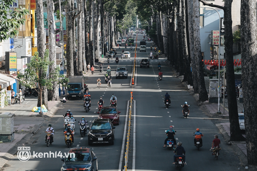 Ảnh: Đường phố TP.HCM đông đúc trở lại, người dân xếp hàng mua bánh trung thu - Ảnh 8.