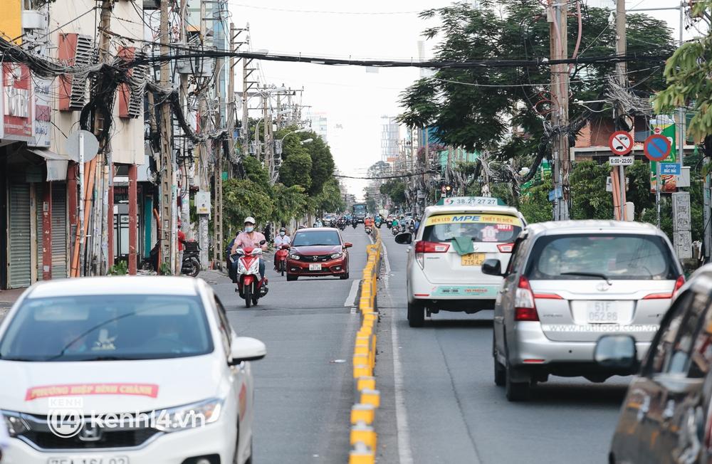Ảnh: Đường phố TP.HCM đông đúc trở lại, người dân xếp hàng mua bánh trung thu - Ảnh 12.