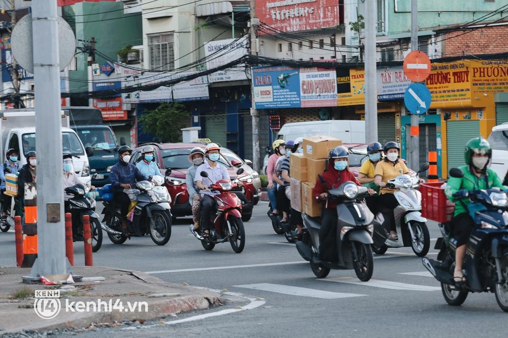 Ảnh: Đường phố TP.HCM đông đúc trở lại, người dân xếp hàng mua bánh trung thu - Ảnh 14.
