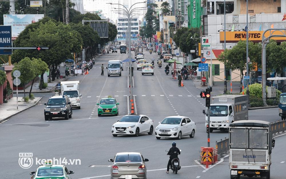 Ảnh: Đường phố TP.HCM đông đúc trở lại, người dân xếp hàng mua bánh trung thu - Ảnh 15.