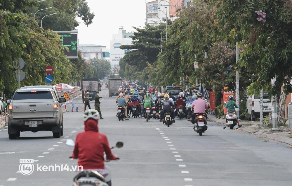 Ảnh: Đường phố TP.HCM đông đúc trở lại, người dân xếp hàng mua bánh trung thu - Ảnh 17.