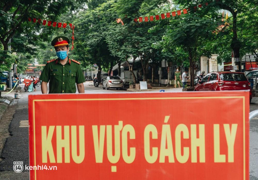 Ảnh: Cận cảnh 8 chốt phong tỏa tại một khu đô thị ở Hà Nội liên quan ổ dịch 17 ca Covid-19 chưa rõ nguồn lây - Ảnh 7.