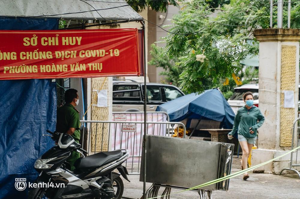 Ảnh: Cận cảnh 8 chốt phong tỏa tại một khu đô thị ở Hà Nội liên quan ổ dịch 17 ca Covid-19 chưa rõ nguồn lây - Ảnh 6.