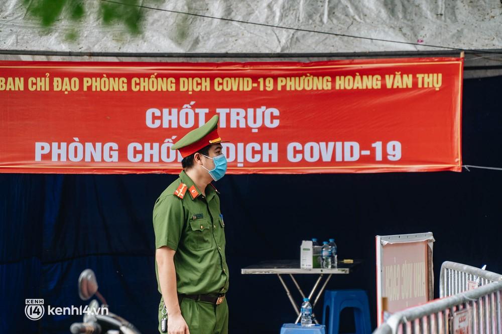 Ảnh: Cận cảnh 8 chốt phong tỏa tại một khu đô thị ở Hà Nội liên quan ổ dịch 17 ca Covid-19 chưa rõ nguồn lây - Ảnh 3.