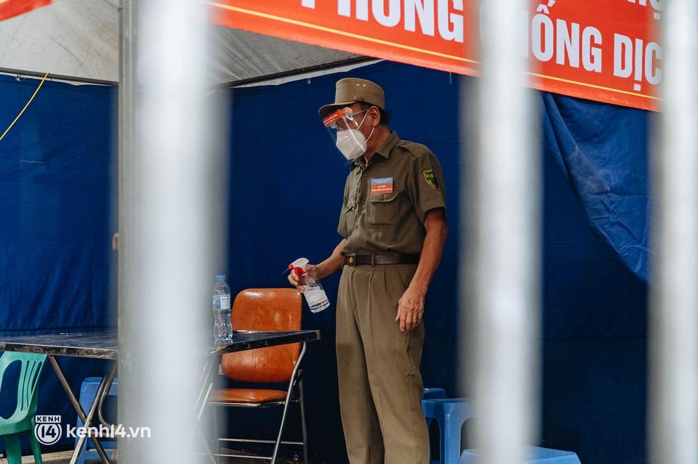 Ảnh: Cận cảnh 8 chốt phong tỏa tại một khu đô thị ở Hà Nội liên quan ổ dịch 17 ca Covid-19 chưa rõ nguồn lây - Ảnh 8.