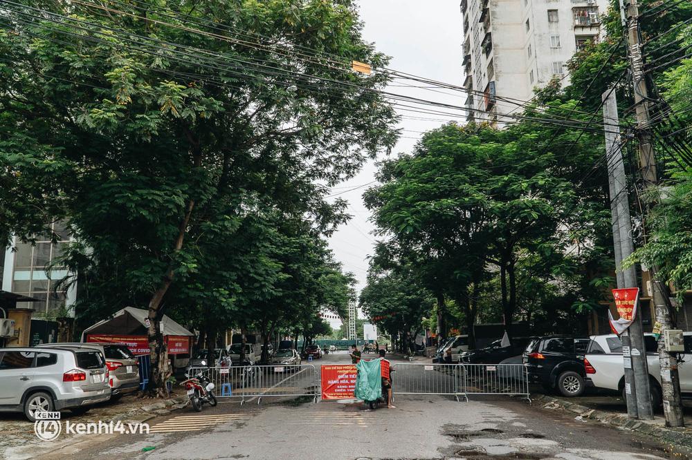 Ảnh: Cận cảnh 8 chốt phong tỏa tại một khu đô thị ở Hà Nội liên quan ổ dịch 17 ca Covid-19 chưa rõ nguồn lây - Ảnh 1.