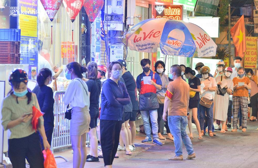 Ảnh: Hà Nội nới lỏng giãn cách, người dân xếp hàng đi mua bánh trung thu - Ảnh 2.